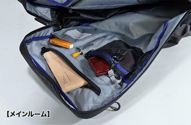 リュックのメインルーム手前には収納ツールがたくさん備わっています。ペンホルダー、メッシュポケット、オープンポケット、ファスナーポケットなどなど