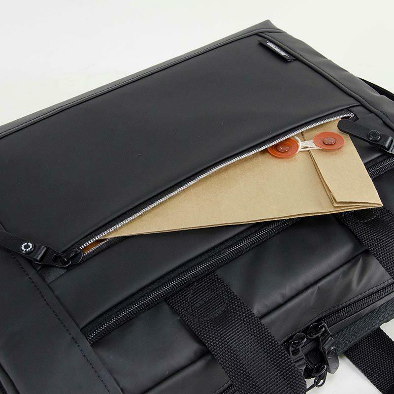 ネオプロ・コミュートライトのパックブリーフは、前面中央にはファスナー ポケット サイズ:幅29センチ縦14から18センチ、開口25センチ。