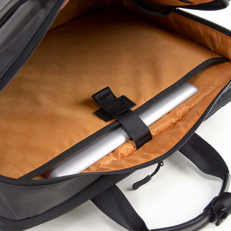 ネオプロ・コミュートライトのパックブリーフは、メインルーム背面にはPC収納ポケットがあります。
