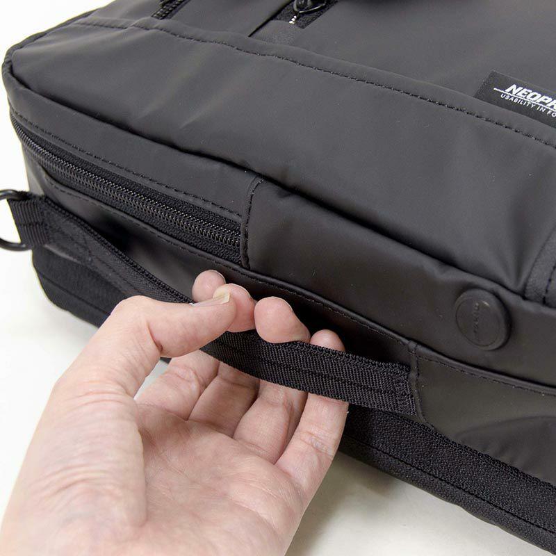 ネオプロ・コミュートライトのパックブリーフは、サイドハンドルがついていて、網棚などに横置きした場合にはとても取り出しやすい。