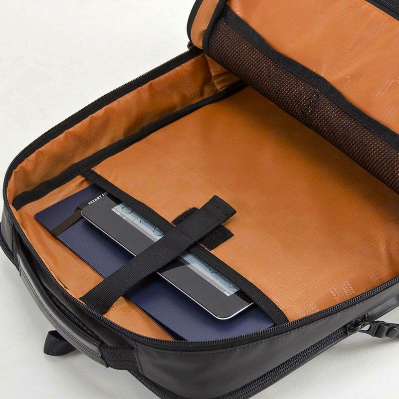 ネオプロ・コミュートライトのナローリュックは、メインルーム背面にはタブレットポケットあります。