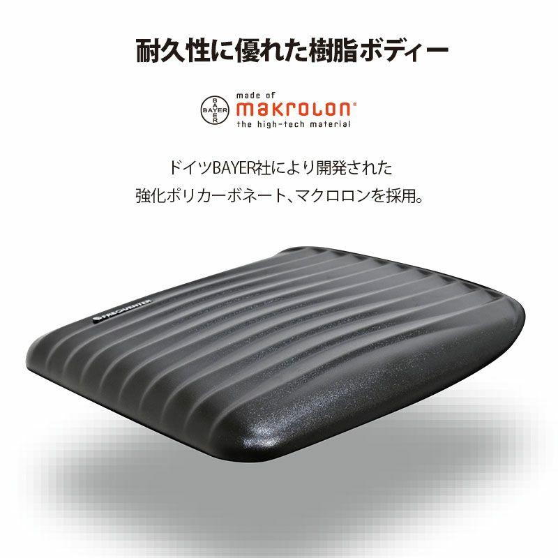 フリクエンターのクラムA・ストッパー付4輪キャリー、透明感・耐久性・耐熱性に優れた高性能ポリカーボネート『マクロロン』。旅先、経年にしっかり対応できるドイツBAYER社製の高性能樹脂ポリカーボネートを本体胴部分に採用。
