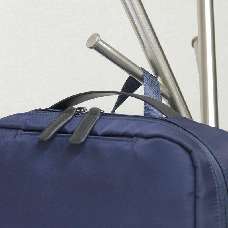 ネオプロ・ジェントルのリュックは、背面ルームにはクッション材の入ったPC専用ル ームがあります。