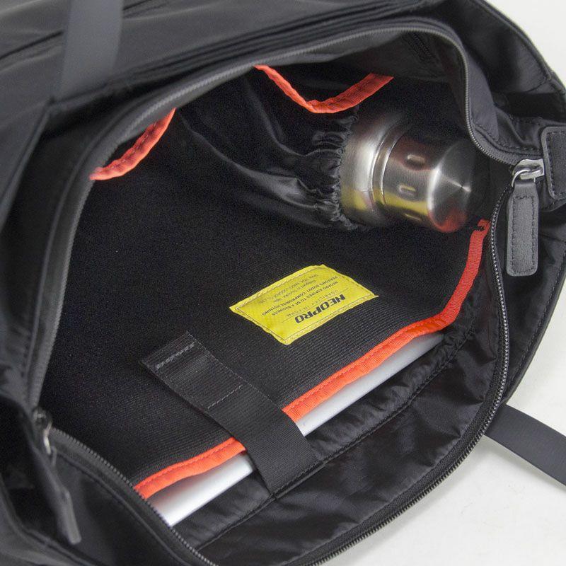 ネオプロ・ジェントルの横型トート(L)は、メインルーム背面にはタブレットポケットあります。背面ルームにはクッション材の入ったPC専用ル ームがあります。