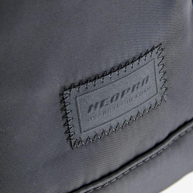 ネオプロ・ジェントルの横型トート(L)は、ブランドのエンブレム。